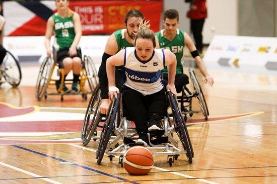 La joueuse de basketball en fauteuil roulant Élodie Tessier en action